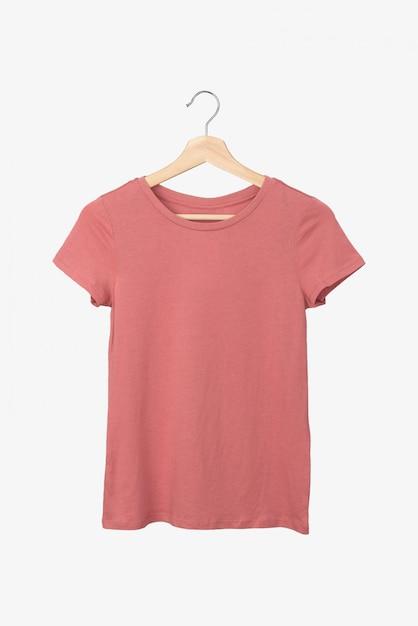 Zalmkleurige t-shirt op een hanger Premium Foto