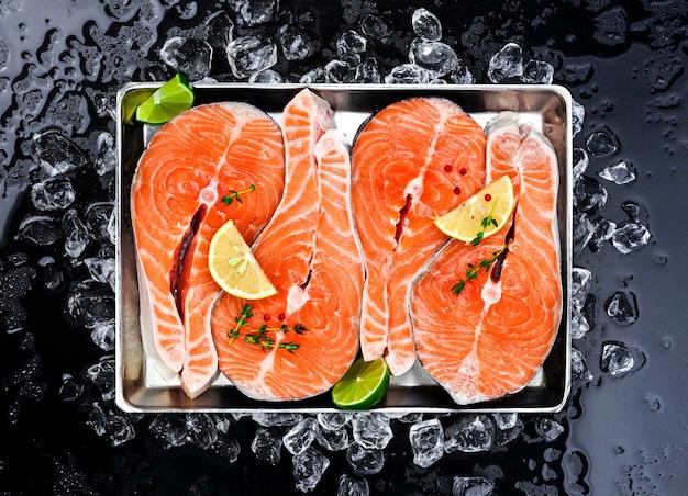Zalmlapjes vlees op ijs op zwarte Premium Foto