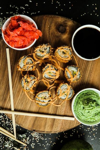 Zalmrolletje met rijst, sojasaus, sesam, gember en wasabi Gratis Foto