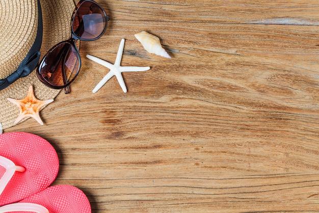 Zand en schelpen op de houten vloer van het zomerconcept foto