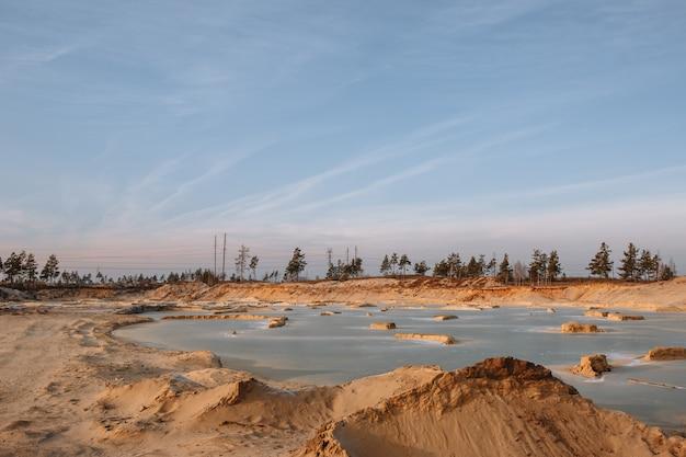 Zand industriële steengroeven gevuld met water Premium Foto