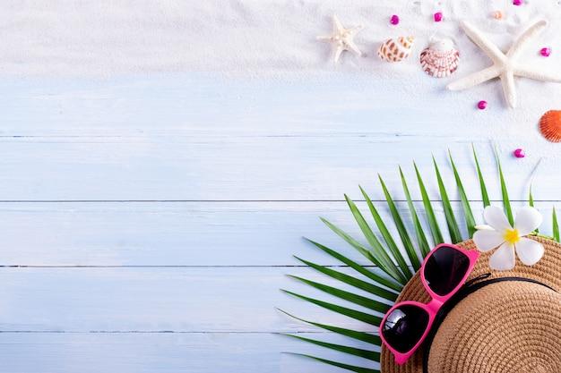 Zand, zeester en schelpen op een houten bord. zomer of reizen concept. Premium Foto