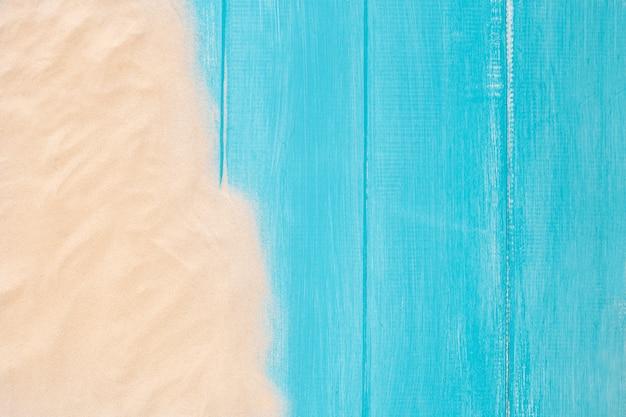 Zandgrens op blauwe houten achtergrond met exemplaarruimte Gratis Foto