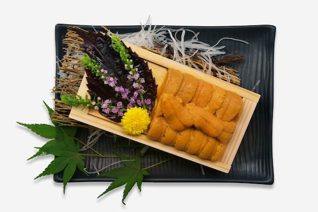 Zee-egel roe in houten lade japanse stijl (uni sushi of sashimi ingrediënten) Premium Foto