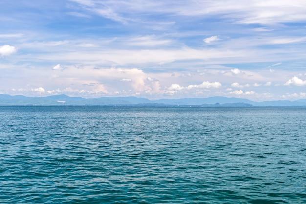 Zee en blauwe lucht met boot op zomervakantie Premium Foto