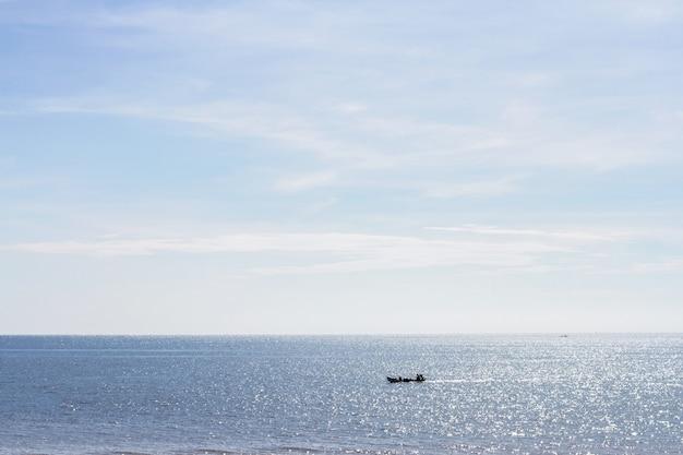 Zee en strand met vissersboot op zomerochtend Premium Foto