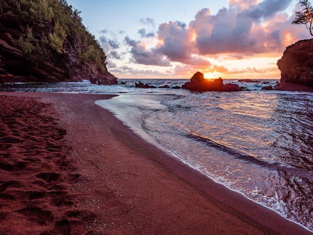Zee golven crashen op de wal tijdens zonsondergang Gratis Foto