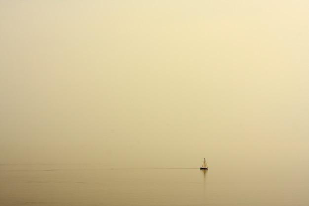 Zee met een boot landschap Gratis Foto