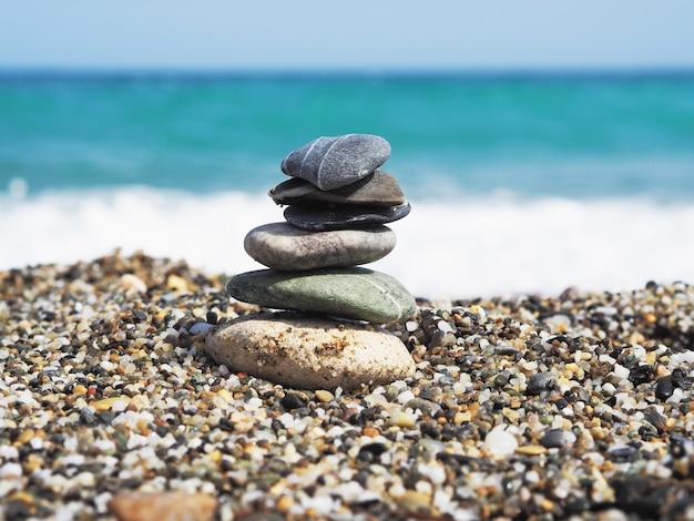 Zee stenen en blauwe zee achtergrond. zonnige dag. Premium Foto