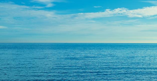 Zeeblauw mooie rust. selectieve aandacht. Premium Foto