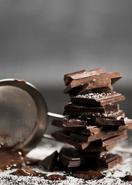 Zeef met gesmolten chocolade en suiker vooraanzicht Gratis Foto