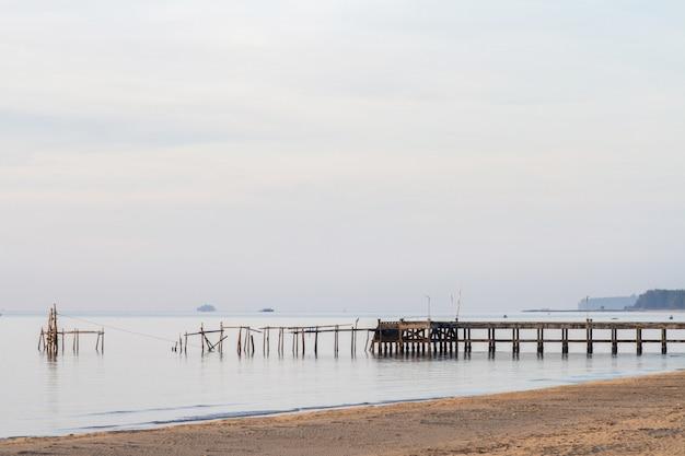 Zeegezicht en strand met de brug op zomerochtend Premium Foto