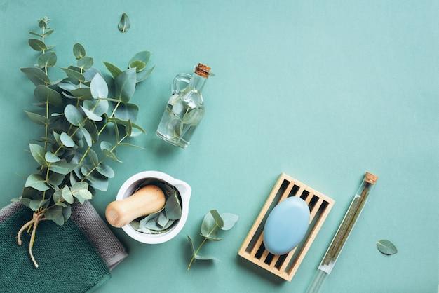 Zeep, eucalyptus, handdoeken, massageborstel, zout, aromaolie Premium Foto