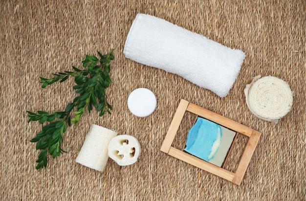 Zeeprepen met plantenextracten. set bad- en spa-accessoires. biologische pure handgemaakte zeep met verschillende natuurlijke toevoegingen. Premium Foto
