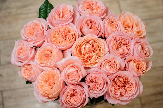 Zeer mooi boeket van felroze bloemen Premium Foto