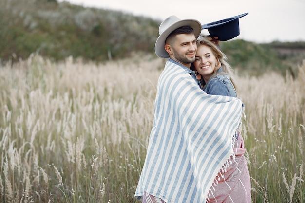 Zeer mooi paar in een tarweveld Gratis Foto