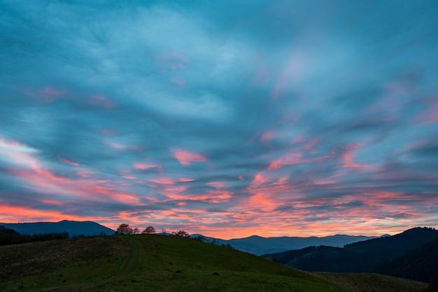 Zeer mooie roze-blauwe lucht in de fantastische bergen van de karpaten op de prachtige natuur van oekraïne Premium Foto