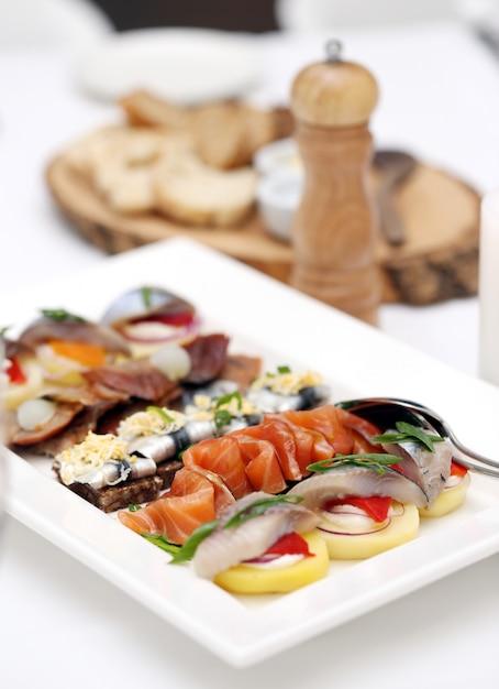 Zeevruchten aan een eettafel Gratis Foto