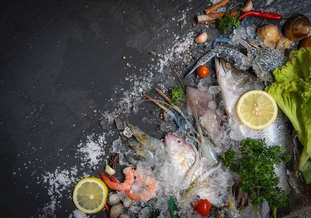 Zeevruchten bord met schaal-en schelpdieren garnalen garnalen krab shell kokkels mossel inktvis octopus en vis oceaan gastronomisch diner Premium Foto