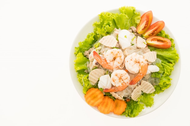 Zeevruchten kruidige noedelssalade met thaise stijl Gratis Foto