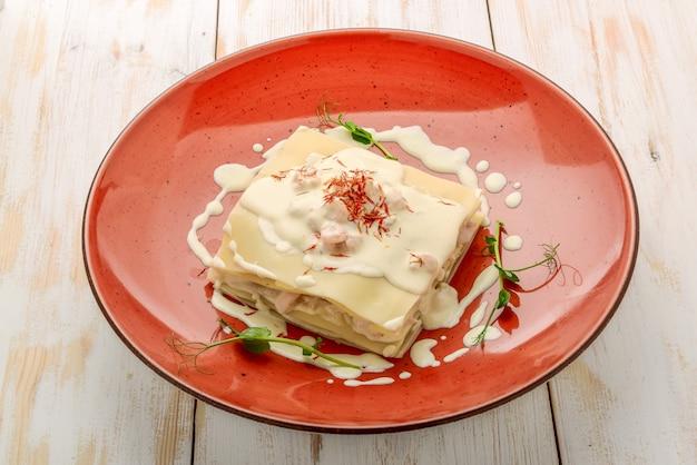 Zeevruchtenlasagne met zalm en witte saus Premium Foto