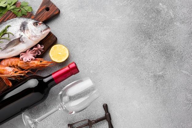 Zeevruchtenmaaltijd met wijn en glazen Gratis Foto
