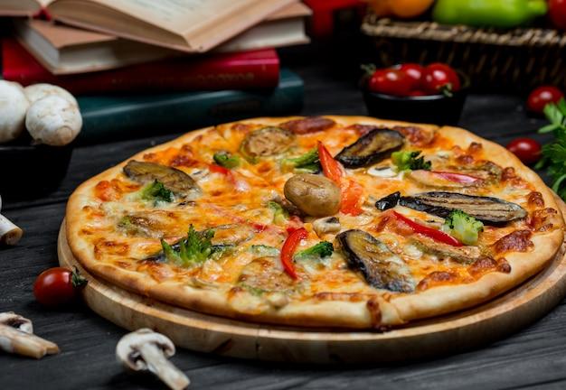 Zeevruchtenpizza met tomatensaus en verschillende soorten zeevruchten Gratis Foto