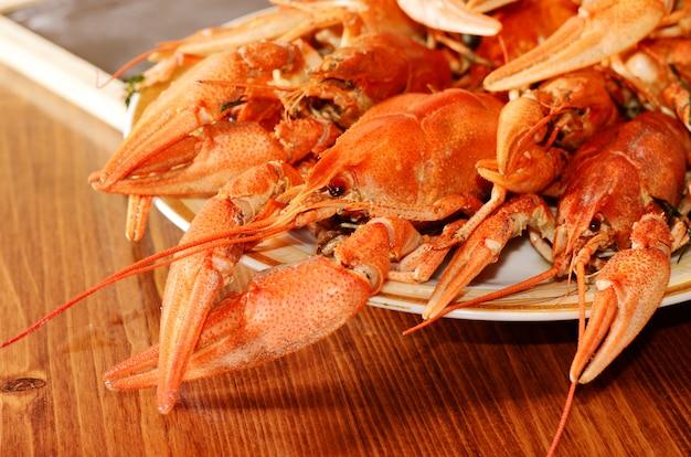 Zeevruchtenschotel met rode gekookte rivierkreeften Premium Foto