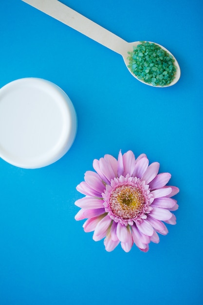 Zeezoutmaling op houten lichtblauwe sjofele tafel houten lepel Premium Foto