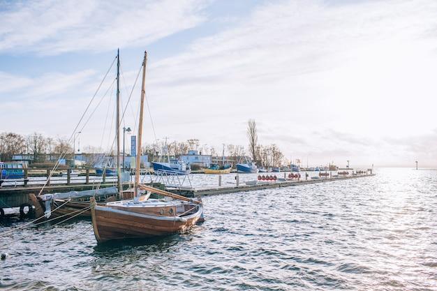 Zeilboot in de buurt van de kust. blauwe lucht en water op zonnige dag. het concept van recreatie en reizen. copyspace Premium Foto