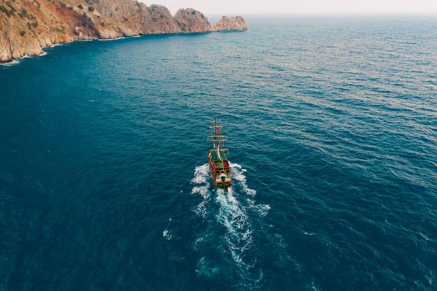Zeilboot in de medeteranian zee Gratis Foto