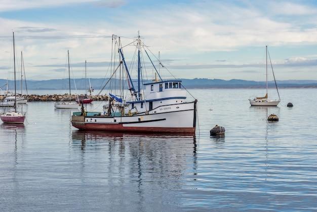 Zeilboten op het water in de buurt van de oude visserswerf, gevangen in monterey, verenigde staten Gratis Foto