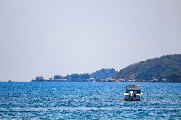 Zeilschip, speedboot, jacht op de zee Premium Foto