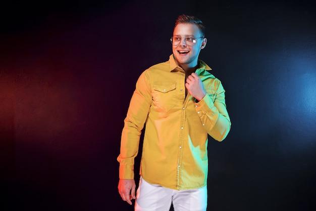 Zekere kerel het aanpassen shirt tijdens feest Premium Foto