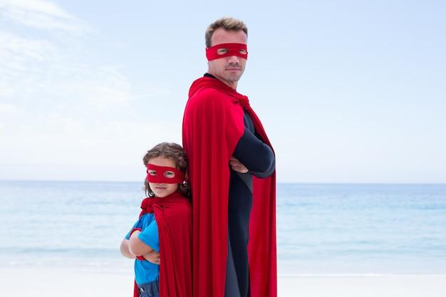 Zekere man en zoon die zich rijtjes bevinden Premium Foto