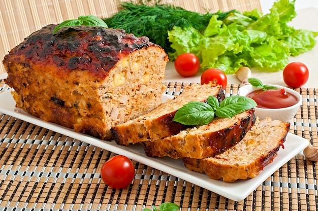 Zelfgemaakt gehaktbrood met ketchup en basilicum Gratis Foto