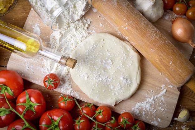 Zelfgemaakt pizzadeeg met uien en verse tomaten Premium Foto
