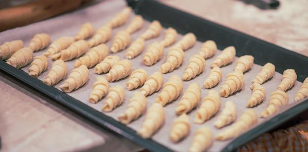 Zelfgemaakte bagels op een bakplaat. bakkerij bereid om te koken. kerst concept Premium Foto
