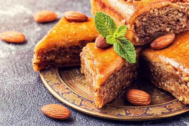 Zelfgemaakte baklava met noten en honing Premium Foto