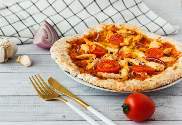 Zelfgemaakte barbecue kip pizza met tomaat Premium Foto