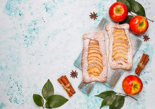 Zelfgemaakte biologische appel bladerdeeg taarten met appels klaar om te eten Gratis Foto
