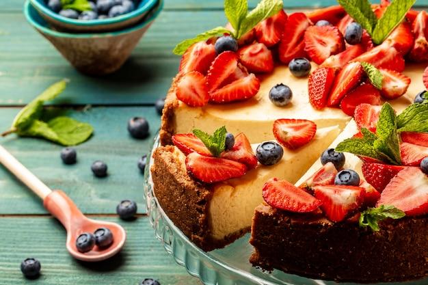 Zelfgemaakte cheesecake met verse bessen en munt, gezonde biologische zomer dessert pie cheesecake Premium Foto