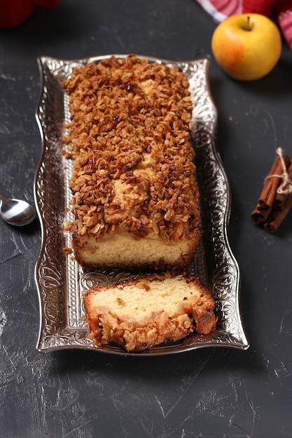 Zelfgemaakte cupcake met havermout, appels en knapperige granen havermout op een metalen dienblad op een donkere ondergrond, close-up Premium Foto