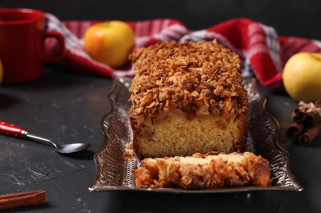 Zelfgemaakte cupcake met havermout, appels en krokante granen havermout op een metalen dienblad op een donkere ondergrond Premium Foto