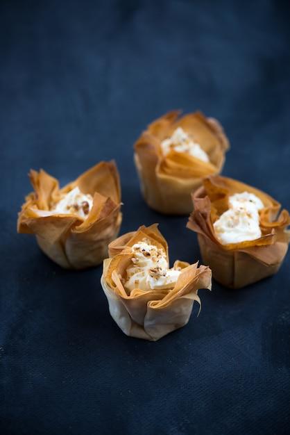 Zelfgemaakte filo-gebakmanden met mascarpone-crème Premium Foto