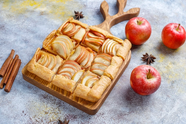 Zelfgemaakte galette met appels en kaneel. Gratis Foto