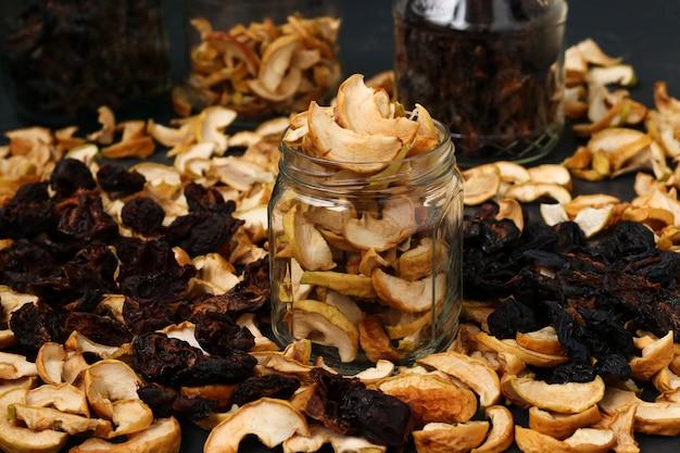Zelfgemaakte gedroogde appels, pruimen en peren in glazen potten Premium Foto