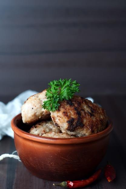 Zelfgemaakte gefrituurde schnitzels Premium Foto