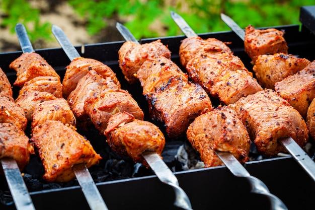 Zelfgemaakte gegrilde varkensvlees kebab op een outdoor open grill. outdoor food festival. Premium Foto
