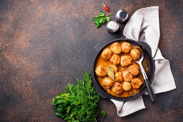 Zelfgemaakte gehaktballen met tomatensaus Premium Foto